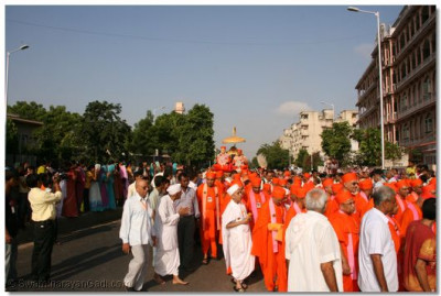 The procession approaches Maninagar Temple