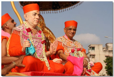 Acharya Swamishree giving His divine darshan with Jeevanpran Swamibapa upon a chariot