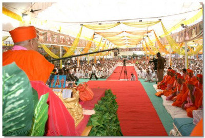 The congregation was filled with disciples from all over the world, attentively listening to Acharya Swamishree's ashirwad