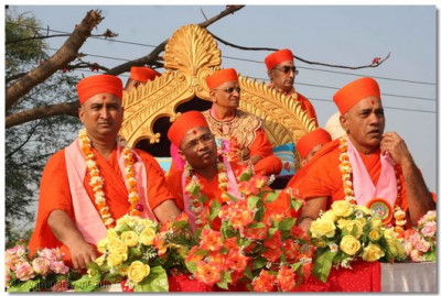 Acharya Swamishree gives His divine darshan during a procession in Vaghjipur