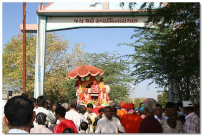 The procession arrives at the town gate