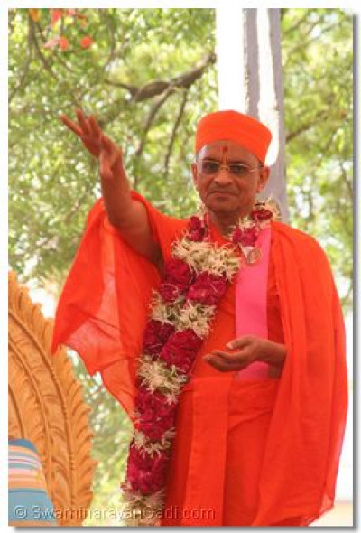 Acharya Swamishree showers flower petals on everyone