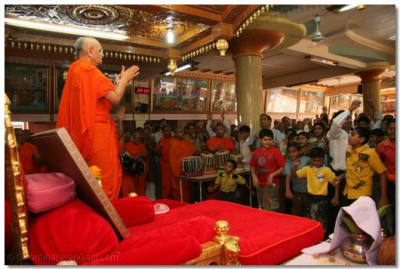 Divine darshan of Acharya Swamishree during the dhoon