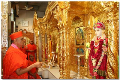 Acharya Swamishree performs aarti to Shree Ghanshyam Maharaj