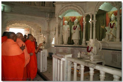 Acharya Swamishree and the sants perfom aarti to Lord Swaminarayanbapa Swamibapa