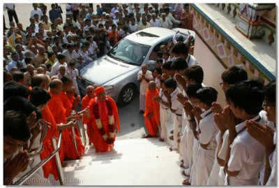 Acharya Swamishree ascends the steps of the Mandir, and gives darshan to all the sants and students
