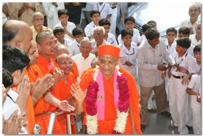 Acharya Swamishree blesses sants and disciples