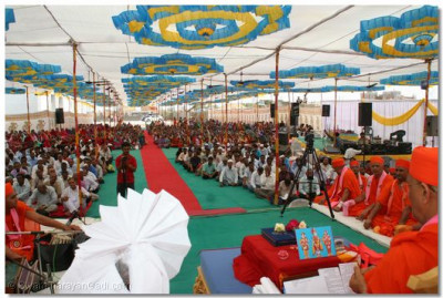 Hundreds of people were blessed by Acharya Swamishree