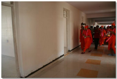 Acharya Swamishree consecrates the new building