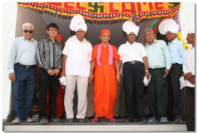 Acharya Swamishree with guests