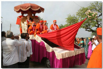 Acharya Swamishree commences the procession in the village of Dasada