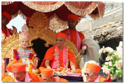 Lord Swaminarayan and Acharya Swamishree give darshan to the onlookers