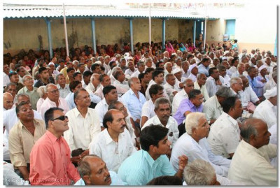 Hundreds of people came from surrounding villages for Acharya Swamishree's darshan
