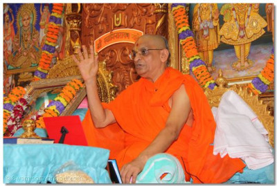 Acharya Swamishree gives His divine ashirwad on this special day