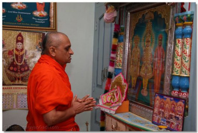 Acharya Swamishree prays to the Lord at the old temple