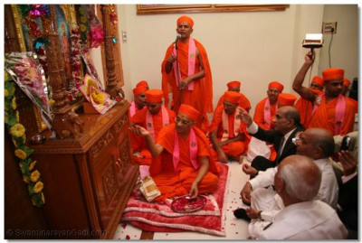 Acharya Swamishree performs the installation ceremony at the new temple