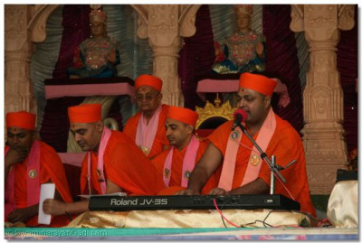 Sant Shiromani Shree Uttamsharandasji Swami in performance