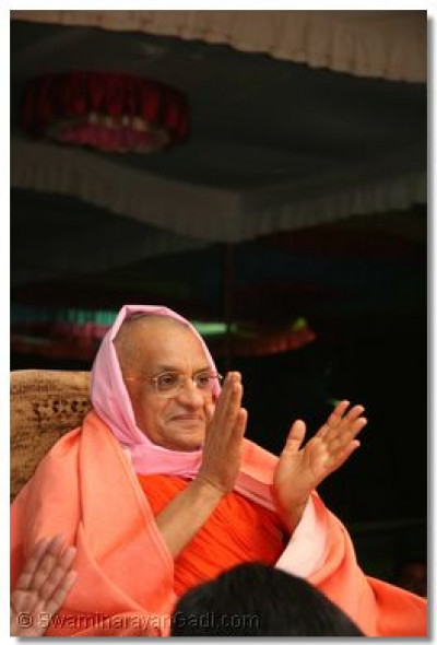 Divine darshan of Acharya Swamishree during the performances
