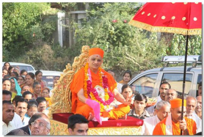Divine darshan of Acharya Swamishree during the procession on the second day