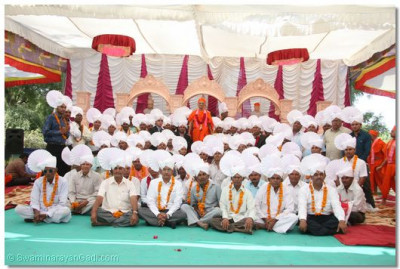 Acharya Swamishree gievs darshan to the disciples of Gavada