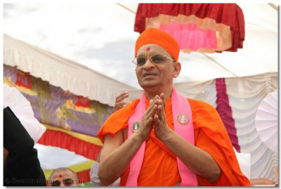 Divine darshan of Acharya Swamishree during the finale of the mahotsav
