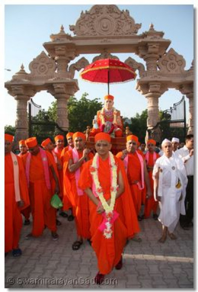 The procession arrives at the gates of Maninagar Temple