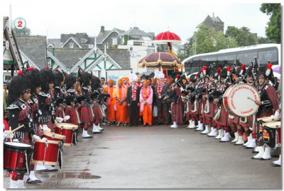 The pipe band form a guard of honour for Jeevanpran Swamibapa, Acharya Swamishree and the eminent guests
