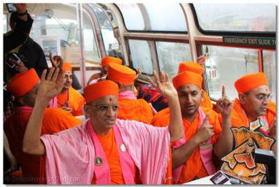 Acharya Swamishree, sants and disciples say the 'Jay' before the start of the lake cruise