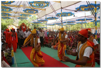 Dancers perform to welcome Acharya Swamishree