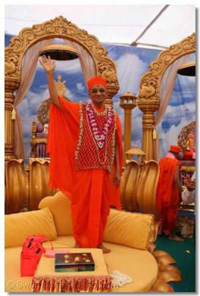 Acharya Swamishree gives darshan from the dais