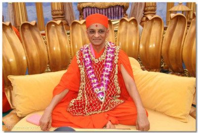 Divine darshan of Acharya Swamishree presiding on the dais