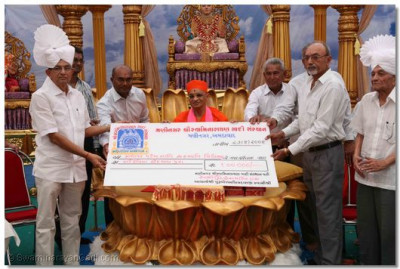 Charitable donation by Maninagar Shree Swaminarayan Gadi Sansthan to a local educational institution