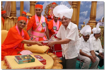 Acharya Swamishree blesses Shree Kantibhai Shroof, Chairman of the Excell Group