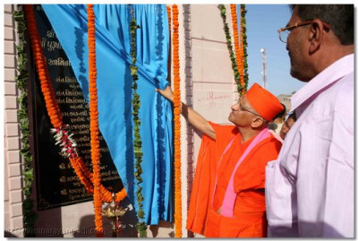 Acharya Swamishree performs the inauguration of the new entrance to Madhapar