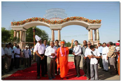 Acharya Swamishree gives darshan in front of the new entrance to Madhapar