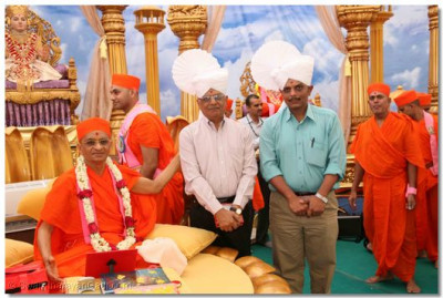 Acharya Swamishree blesses Dr Yogesh Velani, an eminent doctor of Kutch