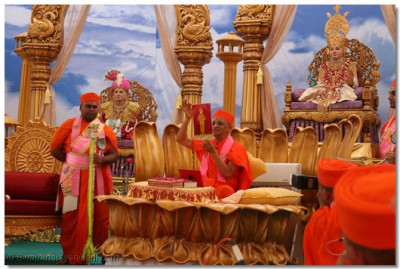 In His divine blessings, Acharya Swamishree shows everyone the darshan of Lord Shree Swaminarayan – Shree Ghanshyam Maharaj in Maninagar, adorned in sandalwood clothing, which was taken yesterday