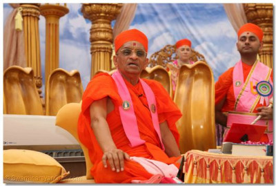 Acharya Swamishree gives ashirwad to the congregation