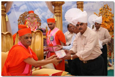 Acharya Swamishree presents a CD of devotional songs to Shree C M Joshi, Chief Engineer of PGVCL