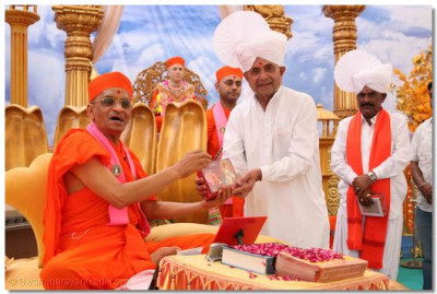 Acharya Swamishree blesses Shree Pushpadan Gadhvi, MP for Kutch