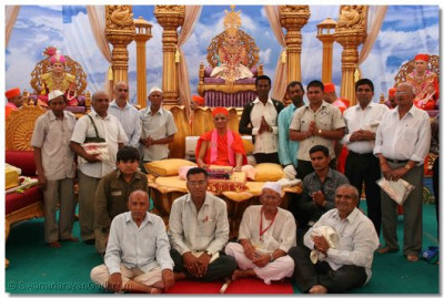 Acharya Swamishree gives darshan with the benefactors of the Bapashree ni Vato scripture recitals