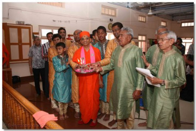 Acharya Swamishree and disciples perform Aarti to please the Lord on the occasion of the Diamond Jubilee of the Mandir's establishment