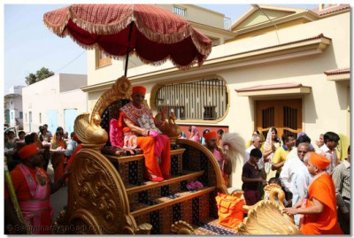 Acharya Swamishree presides on a chariot and is led from the Mandir to the assembly marquee