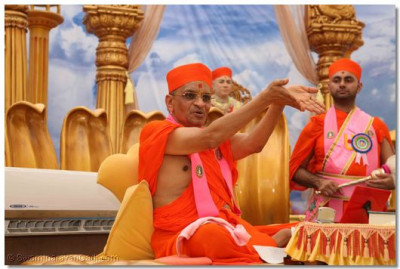 Acharya Swamishree says, 'Your aim in life should be to continue offering sincere, loving homage at the Lord's lotus feet.'
