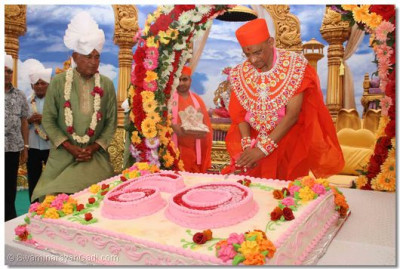 The ceremonial cake is cut by Acharya Swamishree