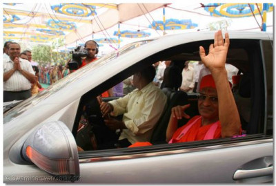 At the end of the festival, Acharya Swamishree leaves the assembly marquee and returns to the Mandir