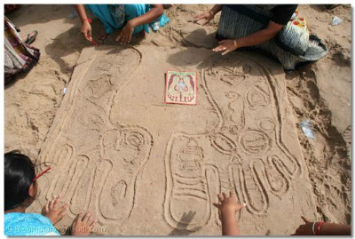 The lotus feet of the Lord, with the 16 signs of divinity; a sand sculpture