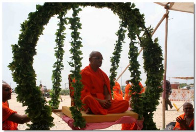 During the afternoon, Acharya Swamishree arrives on the beach again and presides on a swing that had been created by the sants