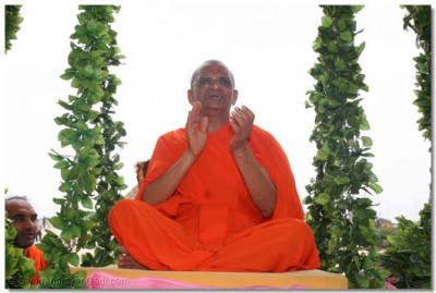 Acharya Swamishree leads the dhoon, chanting of the sacred name of God