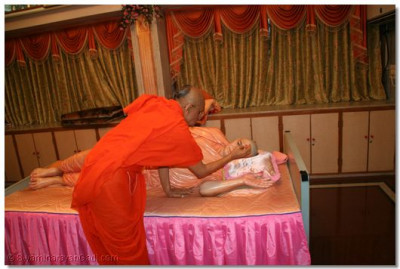 Acharya Swamishree offers chandlo to Jeevanpran Swamibapa